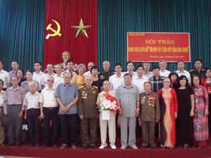 Đồng chí Hoàng Việt Cường, Bí thư Tỉnh uỷ cùng lãnh đạo một số huyện và các sở, ngành với CCB và thân nhân Trung đoàn Tây Tiến.