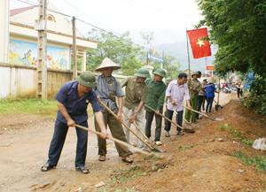Hội viên CCB xã Xuân Phong (Cao Phong) tham gia sửa chữa đường giao thông tại khu vực trung tâm xã.