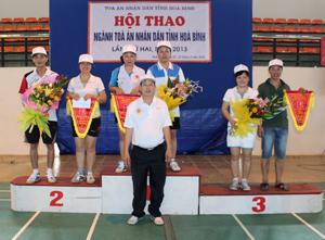 Ban tổ chức trao giải cho các vận động viên có thành tích cao trong thi đấu.