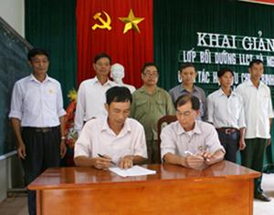 Lãnh đạo Hội CCB tỉnh và Hôi CCB huyện Cao Phong chứng kiến lễ ký kết thực hiện phòng, chống ma túy, HIV/AIDS.