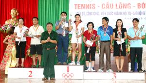 Đồng chí Hoàng Việt Cường, Bí thư Tỉnh uỷ trao thưởng cho các VĐV đoạt giải ở nội dung Tennis đôi nam nữ.