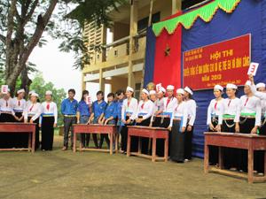 Các đội tham gia phần thi kiến thức.