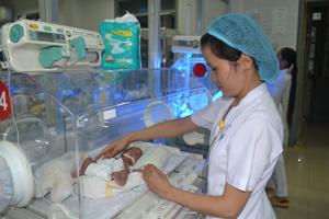 Điều dưỡng viên khoa Nhi (Bệnh viện đa khoa tỉnh) chăm sóc cháu Bạch Thị Huệ, hiện đã tăng lên được 1,3 kg.