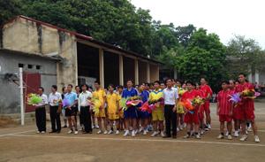 Lãnh đạo Sở GT-VT động viên các đội tham dự giải bóng chuyền thành lập ngành.
