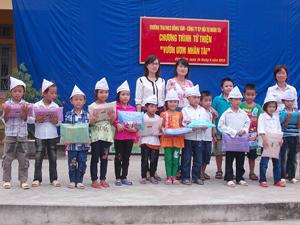 Đại diện lãnh đạo Công ty cổ phần Hội tụ nhân tài (Talentpool) tặng quà cho các em học sinh nghèo vượt khó của trường tiểu học và THCS Đồng Tâm.