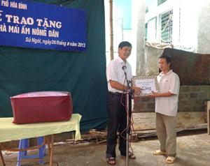 Đại diện lãnh đạo TP Hòa Bình trao quà cho gia đình anh Nguyễn Đình Thế.