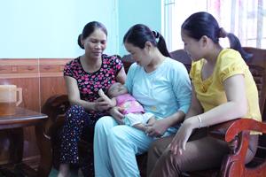 Cán bộ DS xã và CTV dân số đến truyên truyền mô hình gia đình 1 - 2 con tại xóm Mát, xã Dân Chủ (TPHB).