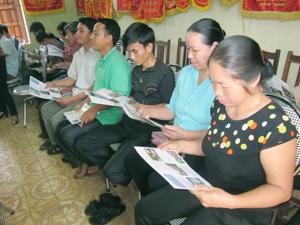 Ngư hộ xã Thung Nai (Cao Phong) được tuyên truyền về quản lý, bảo vệ, phát triển nguồn lợi thủy sản qua tờ rơi, áp phích.