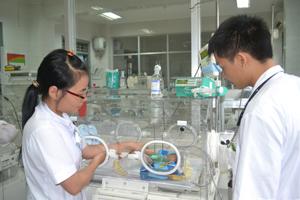 Các bác sĩ, điều dưỡng khoa nhi (Bệnh viện đa khoa tỉnh) chăm sóc cháu Trần Văn Hòa.