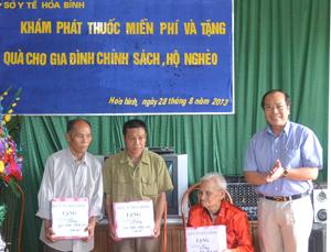 Đồng chí Trần Quang Khánh, Giám đốc Sở Y tế trao quà cho 3 hộ gia đình chính sách xã Đoàn Kết.
