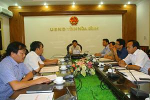 Đồng chí Nguyễn Văn Dũng, Phó Chủ tịch UBND tỉnh cùng lãnh đạo các sở, ngành, đơn vị tham gia hội nghị trực tuyến về an toàn hồ chứa nước.