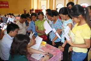 Người lao động tìm kiếm việc làm tại Sàn giao dịch huyện Kỳ Sơn lần thứ nhất năm 2013.