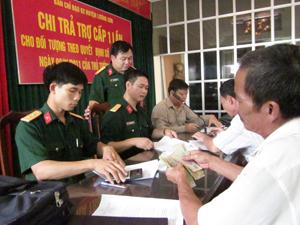 Ban Chỉ đạo 62 huyện Lương Sơn tổ chức chi trả chế độ chính sách cho đối tượng.