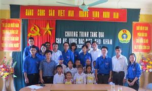 Đoàn tình nguyện và các em học sinh trường tiểu học Yên Thượng (Cao Phong).