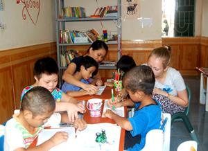 Đội ngũ cán bộ tình nguyện viên Trung tâm Bảo trợ xã hội tỉnh luôn quan tâm động viên, giúp đỡ các cháu trong độ tuổi đến trường vươn lên trong học tập.