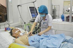 Bác sĩ Khoa Hồi sức cấp cứu (Bệnh viện đa khoa tỉnh) khám cho bênh nhân Bùi Văn Rưm bị tai bến mạch máu lão.