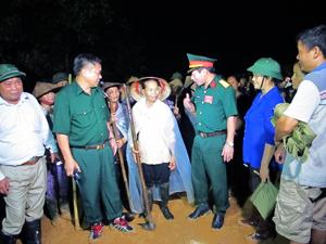 Đồng chí Hoàng Việt Cường, Bí thư Tỉnh ủy; lãnh đạo Bộ CHQS tỉnh, lãnh đạo huyện Kim Bôi động viên nhân dân tham gia diễn tập nội dung ứng cứu, xử lý hậu quả sạt lở đất.