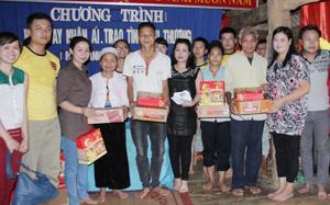 """Hội từ thiện """"Nối vòng tay lớn"""" tặng quà cho các hộ gia đình chính sách của xã Mỹ Thành (huyện Lạc Sơn)."""