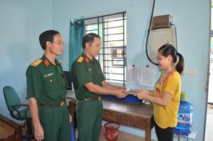 Trung úy chuyên nghiệp Nguyễn Thanh Sơn trao trả lại số tiền hơn 25 triệu đồng cùng một số giấy tờ trong chiếc ví bị rơi cho chị Đinh Thị Thu Hiền.