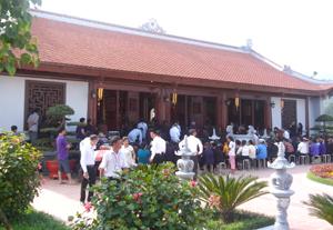 Đông đảo đại biểu, tăng ni, phật tử trong và ngoài tỉnh tham dự Đại lễ tại chùa Kim Sơn Lạc Hồng, Công viên Nghĩa trang Lạc Hồng Viên (huyện Kỳ Sơn).