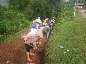 Xã Do Nhân (Tân Lạc) huy động lực lượng tại chỗ tu sửa đường liên xóm Trăng bị ảnh hưởng trong mùa mưa bão.
