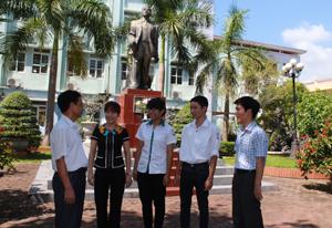 Các thầy, cô trường THPT chuyên Hoàng Văn Thụ chia vui, chúc mừng với kết quả thi đại học của 2 em Võ Hoàng Hùng và Nguyễn Ngọc Ánh Trang (thứ hai, thứ ba từ phải ảnh).