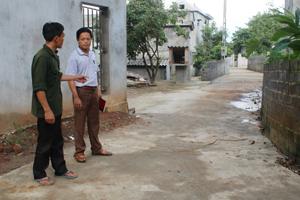 Trong những năm qua, nhờ việc hiến đất của các hộ gia đình, xóm Bằng, xã Tây Phong đã mở rộng và bê tông hoá được trên 3 km đường giao thông quanh xóm.