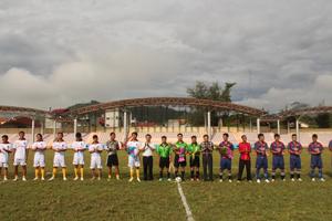 Lãnh đạo Sở VH, TT & DL tặng hoa, động viên các tuyển thủ trước giờ thi đấu trận mở màn.