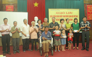 Công đoàn Khối tham mưu QLNN Bộ VH-TT&DL tặng quà cho các đối tượng là nạn nhân chất độc hoá học, gia đình chính sách.