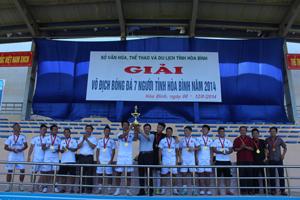 BTC trao cúp vô địch cho đội thành phố Hoà Bình.