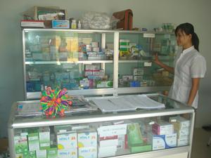 Một dược sỹ trung cấp đang làm việc tại Trạm y tế xã Hào Lý (Đà Bắc).