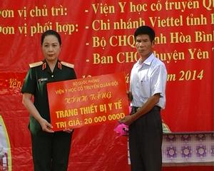 Lãnh đạo Viện Y học cổ truyền quân đội trao trang thiết bị y tế cho xã Lạc Sỹ, huyện Yên Thủy.