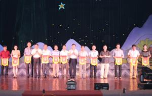 Đồng chí Bùi Văn Cửu, Phó Chủ tịch TT UBND tỉnh cùng các đồng chí đại diện Cục văn hoá cơ sở - Bộ VH,TT&DL và Sở VH,TT&DL tỉnh trao cờ cho các đơn vị tham gia hội thi.