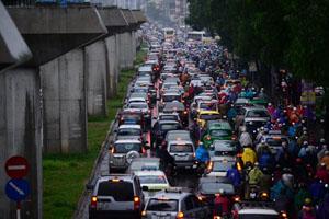 Sau cơn mưa lớn đêm 12/8 và sáng 13/8, hàng loạt tuyến phố Hà Nội tê liệt vì mưa, ngập (Ảnh: Zing.vn)
