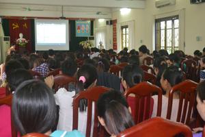 Các cán bộ, nhân viên phụ trách y tế trường học tại buổi tập huấn.