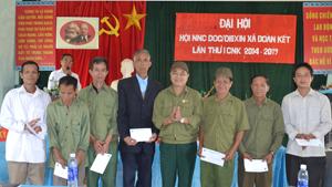 Đồng chí Xa Đức Hùng, Chủ tịch Hội nạn nhân chất độc da cam/dioxin huyện Đà Bắc trao quà cho các nạn nhân xã Trung Thành.