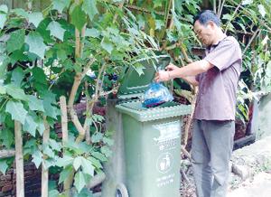 Phòng TN &MT huyện Cao Phong hỗ trợ thùng đựng rác tại bản Giang Mỗ, xã Bình Thanh nhằm đáp ứng tiêu chí môi trường trong xây dựng NTM.