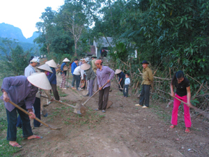 Xóm Bình Tân, xã Nam Thượng (Kim Bôi) huy động nhân dân phát dọn, làm vệ sinh trên đường liên xóm.