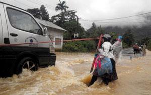 Quốc lộ 4D thuộc địa phận xã Bình Lư, Tam Đường bị ngập úng nặng do lũ quét. (Ảnh: TTXVN)