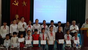 Lãnh đạo ngân hàng Vpbank và Hội khuyến học tỉnh trao học bổng cho các em học sinh.