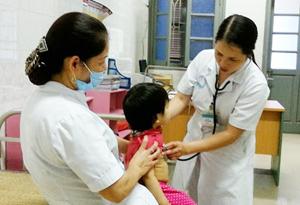"""Bác sỹ phòng khám ngoại trú nhi, khoa nhi (Bệnh viện Đa khoa tỉnh) tăng cường các hoạt động khám rà soát, sàng lọc trẻ nhiễm """"H"""" trong nhóm đối tượng có nguy cơ cao."""