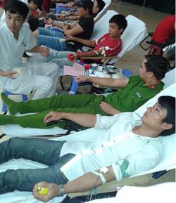 ĐV- TN huyện Kỳ Sơn tham gia hiến máu trong chương trình hiến máu tình nguyện năm 2014 của huyện.