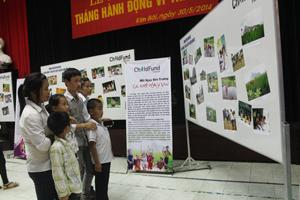 Trẻ em huyện Kim Bôi tìm hiểu các hình ảnh về ngôi nhà an toàn, tiêu chí xã, phường phù hợp với trẻ tại triển lãm ảnh trong tháng hành động vì trẻ em năm 2014.