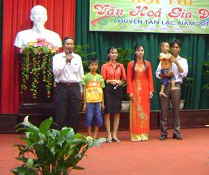 Quyền trẻ em được tuyên truyền phổ biến tại hội thi gia đình văn hóa huyện Tân Lạc năm 2014.