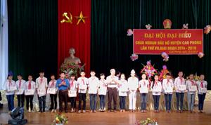 Lãnh đạo huyện Cao Phong tặng quà tuyên dương cháu ngoan Bác Hồ.