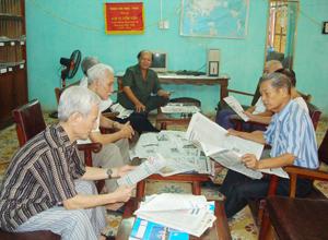 Hội viên CLB Hưu trí TPHB luôn quan tâm tìm hiểu thông tin thời sự, các vấn đề KT -XH, xây dựng hệ thống chính trị trên báo Đảng. Ảnh: P.V