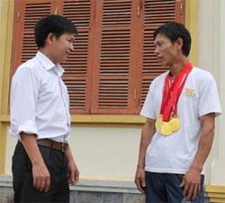 Anh Bùi Văn Chình (bên phải) đang trao đổi với cán bộ VH-XH xã Địch Giáo.