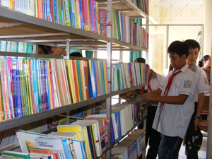 Bạn đọc thiếu nhi đến mượn sách tại Thư viện tỉnh.
