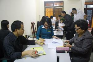 Bưu cục Tân Thịnh (TPHB) chi trả trợ cấp xã hội thường xuyên cho các đối tượng.