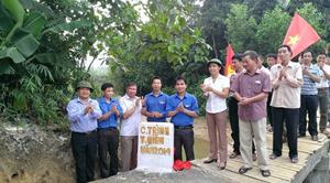 Đại diện lãnh đạo Huyện ủy, UBND huyện và xã Nuông Dăm, Đoàn thanh niên tại lễ khánh thành công trình cầu dân sinh Nuông Hạ.